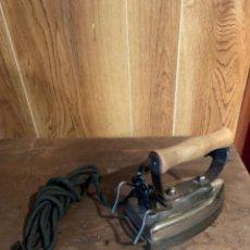 Antigüedades: PLANCHA ELÉCTRICA CON CABLE ANTIGUA. Lote 210963545