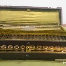Antigüedades: COLORÍMETRO DE LA FIRMA DE INSTRUMENTOS DE QUÍMICA Y BACTERIOLOGÍA DE PARÍS DE E. ADNET (1900-1910). Lote 210981111