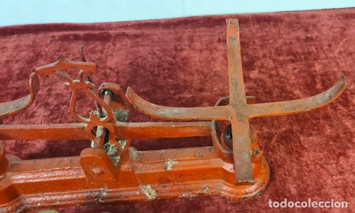 Antigüedades: BALANZA DE HIERRO FUNDIDO. PLATOS DE LATÓN. PONDERALES DE BRONCE. SIGLO XX. - Foto 3 - 211388902