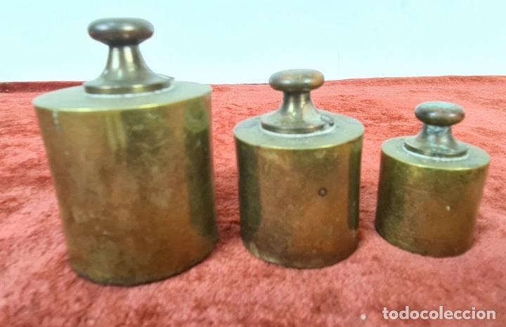 Antigüedades: BALANZA DE HIERRO FUNDIDO. PLATOS DE LATÓN. PONDERALES DE BRONCE. SIGLO XX. - Foto 10 - 211388902