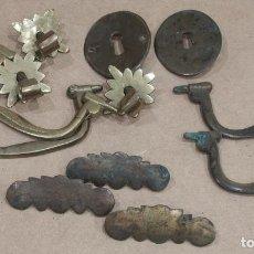 Antigüedades: LOTE DE ANTIGUOS TIRADORES DE BRONCE PARA CAJONERA. FINALES DEL S XVII - PRINCIPIOS DEL S XVIII.. Lote 211556919