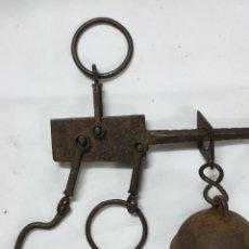 Antigüedades: PEQUEÑA BALANZA ROMANA DE VIAJE. Lote 211587375