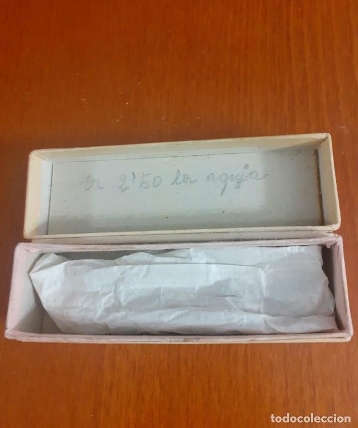 Antigüedades: Antigua caja de agujas de maquina de tricotar con 14 agujas - Foto 2 - 211630405