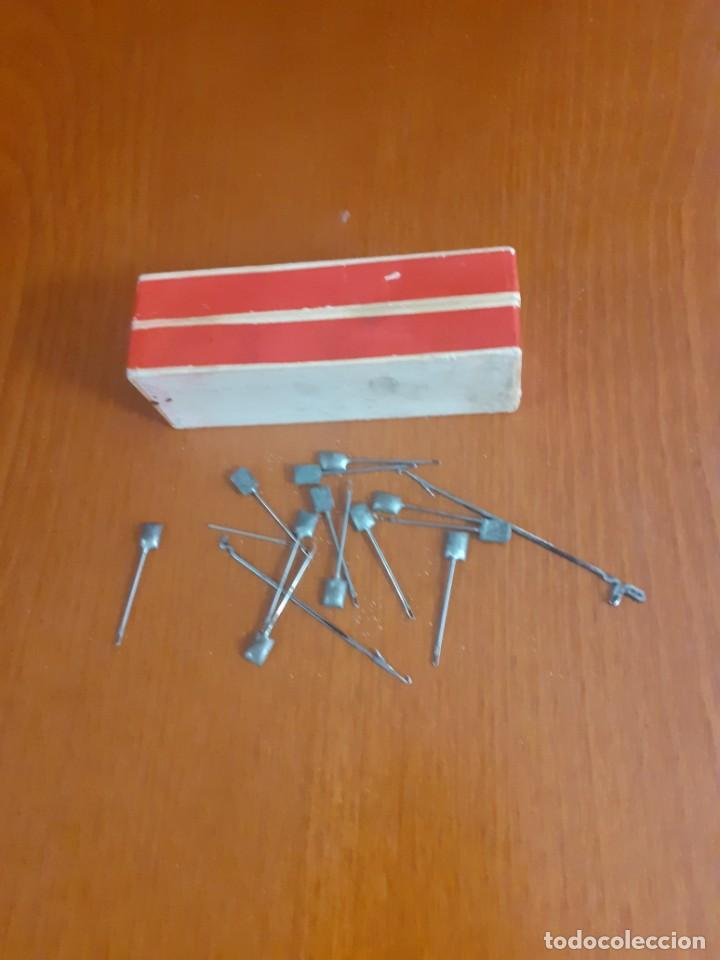 Antigüedades: Antigua caja de agujas de maquina de tricotar con 14 agujas - Foto 3 - 211630405