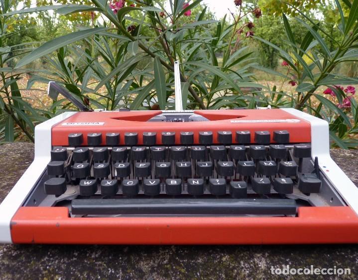 Antigüedades: Máquina de escribir portable marca Olympia, 1969 - Foto 3 - 211667854