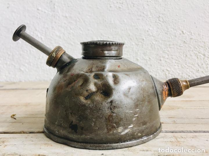Antigüedades: ACEITERA ANTIGUA DE CHAPA Y LATÓN HERRAMIENTA DE TALLER LUBRICADORA METALICA PARA ENGRASAR LUBRICAR - Foto 2 - 211840831