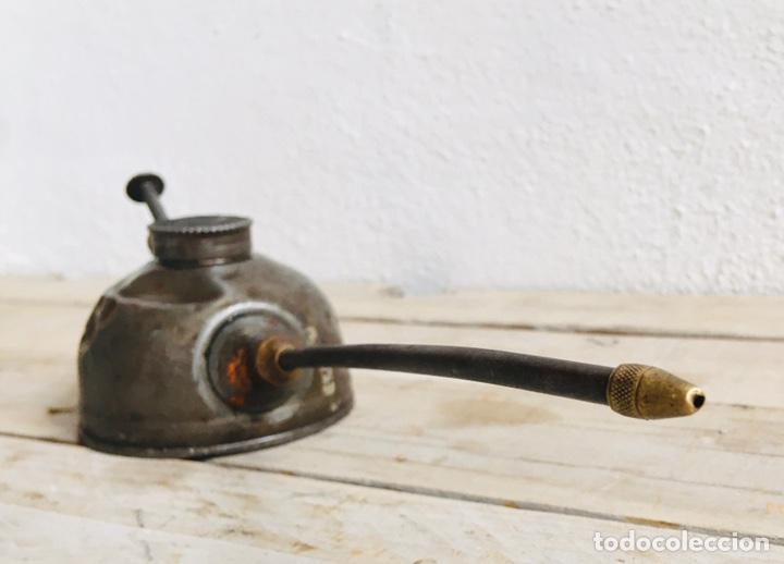 Antigüedades: ACEITERA ANTIGUA DE CHAPA Y LATÓN HERRAMIENTA DE TALLER LUBRICADORA METALICA PARA ENGRASAR LUBRICAR - Foto 4 - 211840831