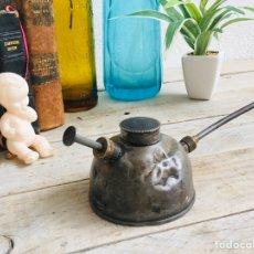 Antigüedades: ACEITERA ANTIGUA DE CHAPA Y LATÓN HERRAMIENTA DE TALLER LUBRICADORA METALICA PARA ENGRASAR LUBRICAR. Lote 211840831