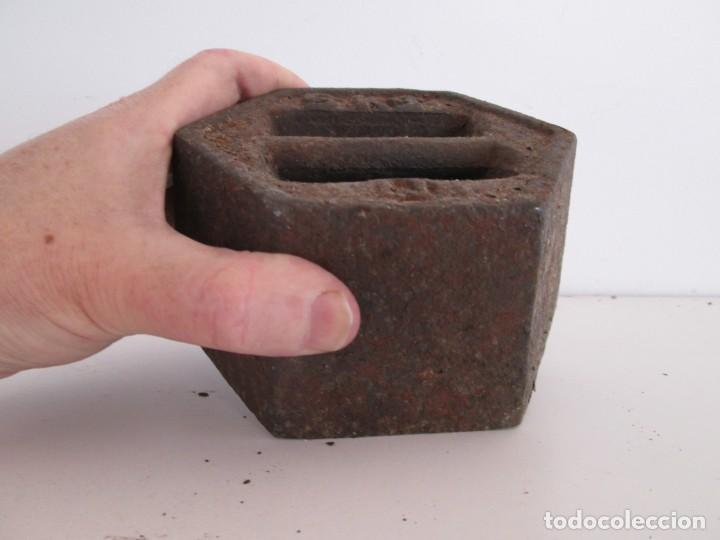 Antigüedades: ENORME PESA DE 5 KILOS EN HIERRO FUNDIDO MARCADA, perfecto estado - Foto 10 - 211874605