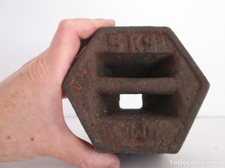 ENORME PESA DE 5 KILOS EN HIERRO FUNDIDO MARCADA, PERFECTO ESTADO (Antigüedades - Técnicas - Medidas de Peso Antiguas - Otras)