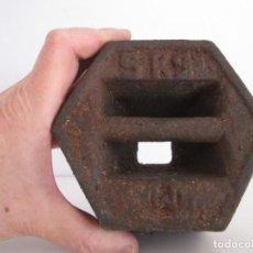 Antigüedades: ENORME PESA DE 5 KILOS EN HIERRO FUNDIDO MARCADA, PERFECTO ESTADO. Lote 211874605
