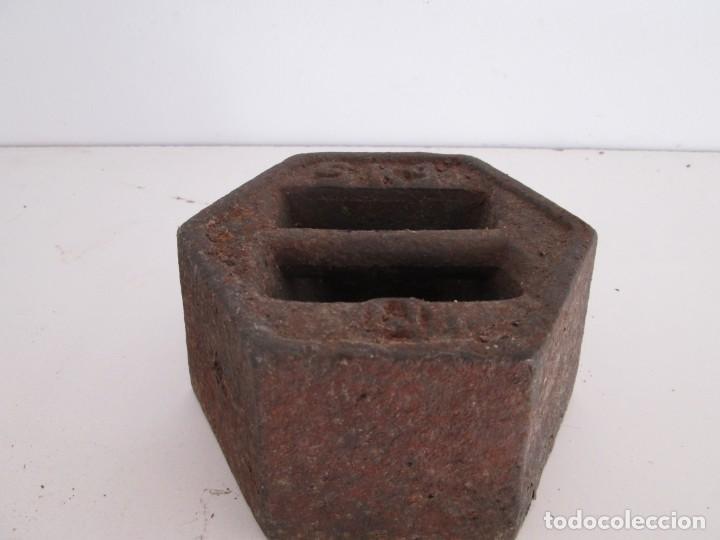 Antigüedades: ENORME PESA DE 5 KILOS EN HIERRO FUNDIDO MARCADA, perfecto estado - Foto 2 - 211874605