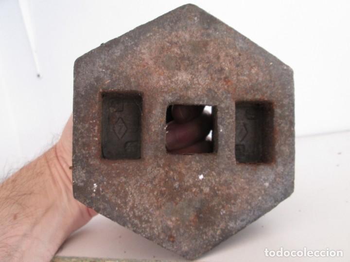 Antigüedades: ENORME PESA DE 5 KILOS EN HIERRO FUNDIDO MARCADA, perfecto estado - Foto 3 - 211874605