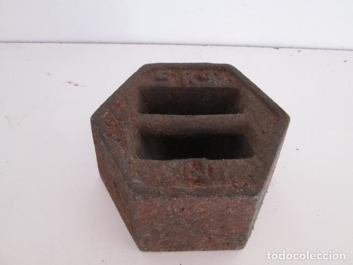 Antigüedades: ENORME PESA DE 5 KILOS EN HIERRO FUNDIDO MARCADA, perfecto estado - Foto 4 - 211874605