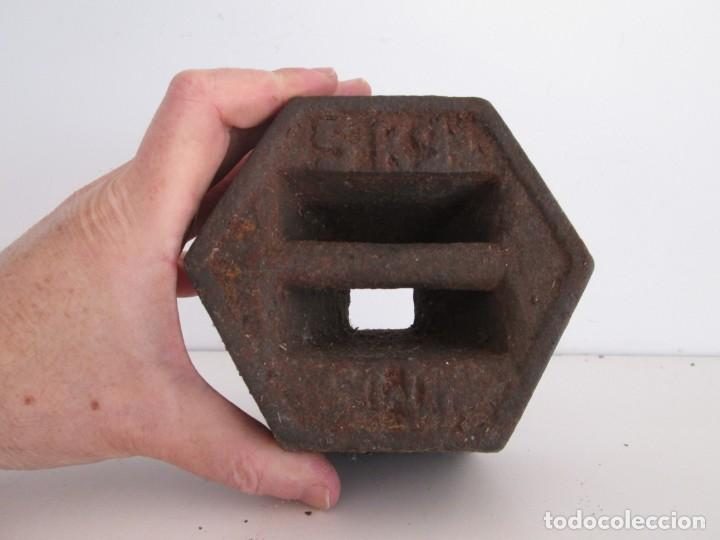 Antigüedades: ENORME PESA DE 5 KILOS EN HIERRO FUNDIDO MARCADA, perfecto estado - Foto 5 - 211874605