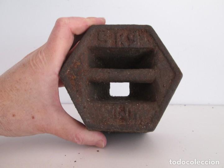 Antigüedades: ENORME PESA DE 5 KILOS EN HIERRO FUNDIDO MARCADA, perfecto estado - Foto 6 - 211874605