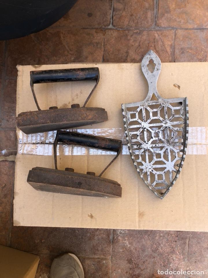 Antigüedades: Lote de 2 planchas de hierro antiguas - Foto 2 - 211956647