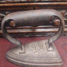 Oggetti Antichi: ANTIGUA PLANCHA BURDINOLA, CON LA CRUZ GAMADA. Lote 212482738