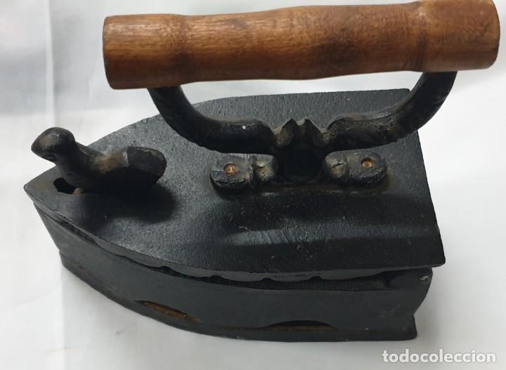 PLANCHA PARA CARBÓN CON CIERRE FIGURA DE PAJARITO (Antigüedades - Técnicas - Planchas Antiguas - Carbón)