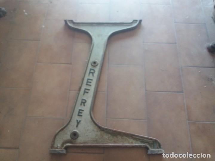 Antigüedades: Antiguo pie de hierro de máquina de coser. Refrey. 70 cm. Pesada. Mediados de siglo XX. Fundición. - Foto 4 - 213060787