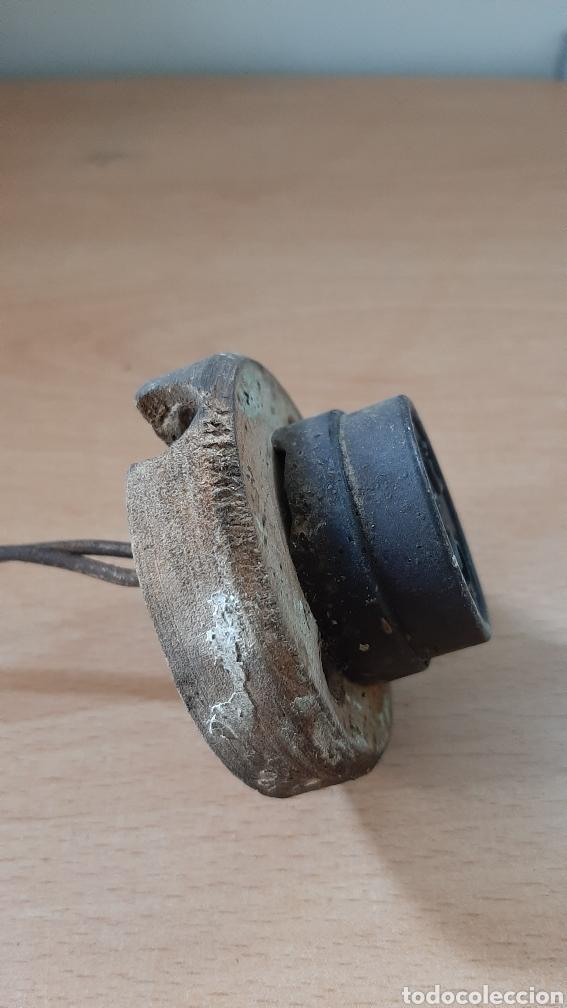 Antigüedades: Antiguo enchufe de baquelita de la marca F.P.M, con su marco de madera. - Foto 4 - 213128481