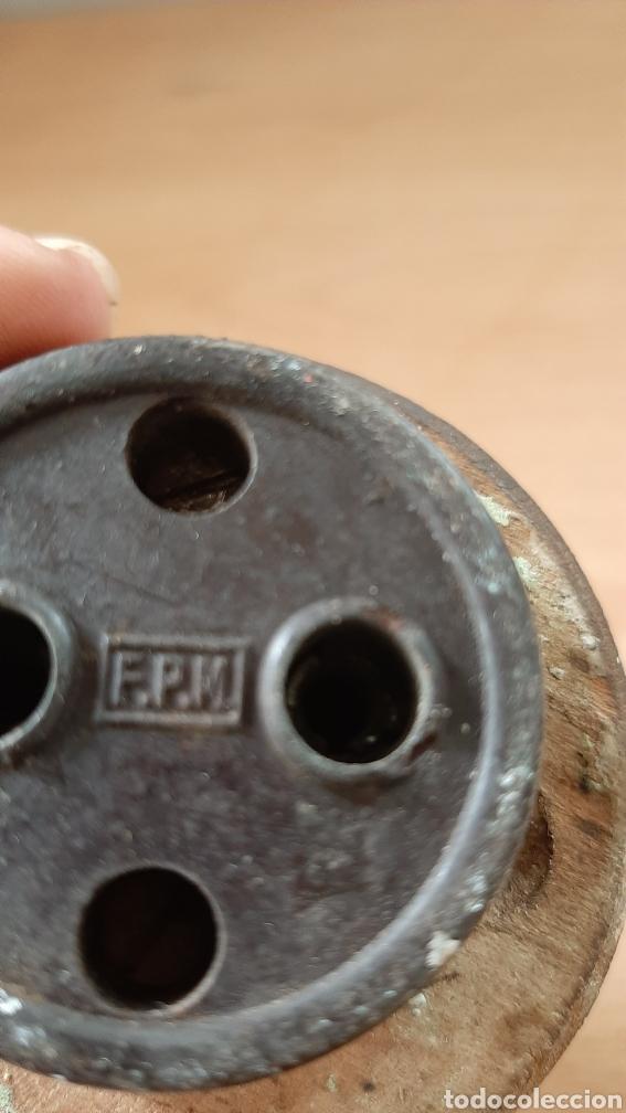 Antigüedades: Antiguo enchufe de baquelita de la marca F.P.M, con su marco de madera. - Foto 5 - 213128481