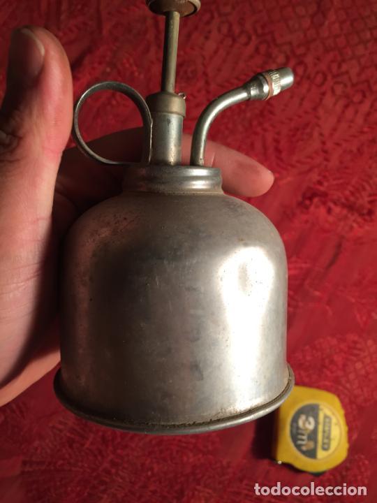 Antigüedades: Antigua curiosa aceitera / cetrillera de aluminio industrial años 40 - Foto 3 - 213200702