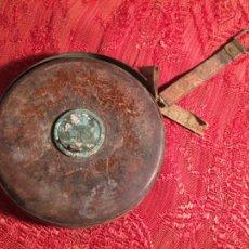 Antigüedades: ANTIGUA CINTA METRICA DE CUERO Y LATÓN AÑOS 300-40. Lote 213202188