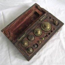 Antigüedades: ANTIGUA CAJA DE MADERA CON PESAS DE BRONCE. Lote 213258215