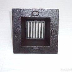 Oggetti Antichi: ANTIGUO DESAGUE,SUMIDERO DE AGUAS PLUVIALES DE HIERRO FUNDIDO. 20 X 20 X 8 CM.. Lote 213288262