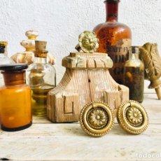 Antigüedades: LOTE DE DOS TIRADORES CON DECORACION FLORAL ANILLA PARA CAJON ANTIGUO TIRADOR DE BRONCE CON ROSCA. Lote 213326752