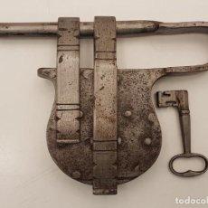 Antigüedades: EXTRAORDINARIO CANDADO FORJADO CERRADURA DE BARRA, (LLAVE ORIGINAL), SIGLO XVII-XVIII, (1.611GR). Lote 213485002
