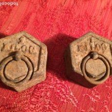 Antigüedades: ANTIGUAS 2 PESA / PESAS DE BASCULA / BALANÇA DE 1 KG DE HIERRO Y PLOMO AÑOS 20-30. Lote 213508110