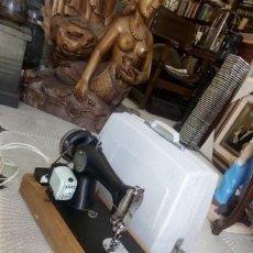 Antigüedades: MAQUINA DE COSER ..ALFA...PRIMER MODELO. ELECTRIFICADA EN LOS AÑOS 60, CON PEDAL Y MALETA DE VIAJE. Lote 213658005