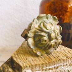Antigüedades: PEQUEÑO POMO ANTIGUO DE LATON PARA CAJON MESILLA O ARMARIO CON ROSCA TUERCA Y EMBELLECEDOR. Lote 213636847