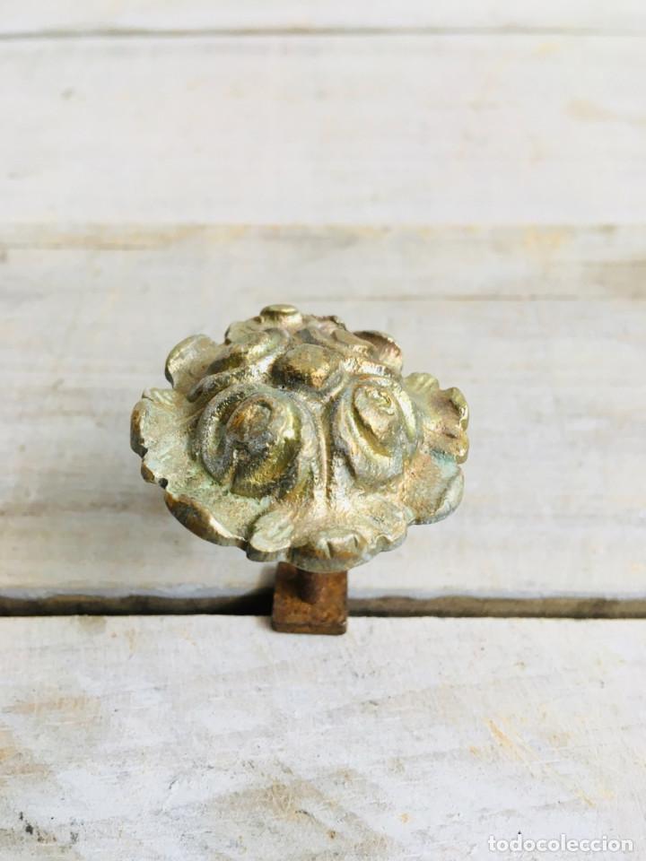 Antigüedades: PEQUEÑO POMO ANTIGUO DE LATON PARA CAJON MESILLA O ARMARIO CON ROSCA TUERCA Y EMBELLECEDOR - Foto 3 - 213636847