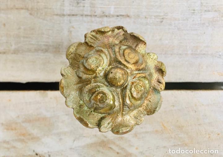 Antigüedades: PEQUEÑO POMO ANTIGUO DE LATON PARA CAJON MESILLA O ARMARIO CON ROSCA TUERCA Y EMBELLECEDOR - Foto 5 - 213636847