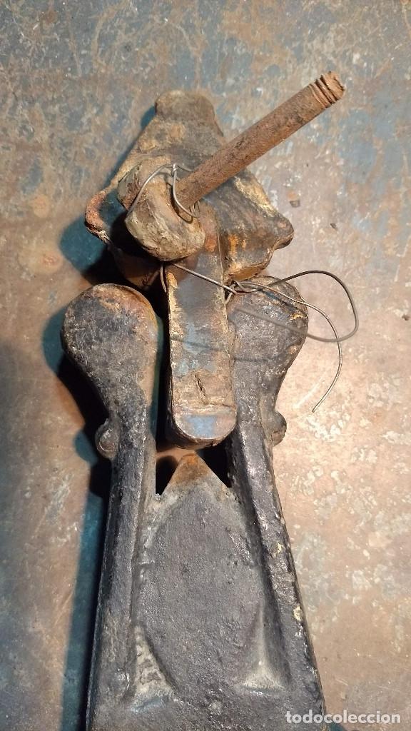 Antigüedades: Magnífica y antigua aldaba o picaporte llamador de hierro. Longitud: 27 cm. - Foto 11 - 213864630