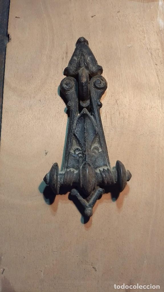 Antigüedades: Magnífica y antigua aldaba o picaporte llamador de hierro. Longitud: 27 cm. - Foto 12 - 213864630