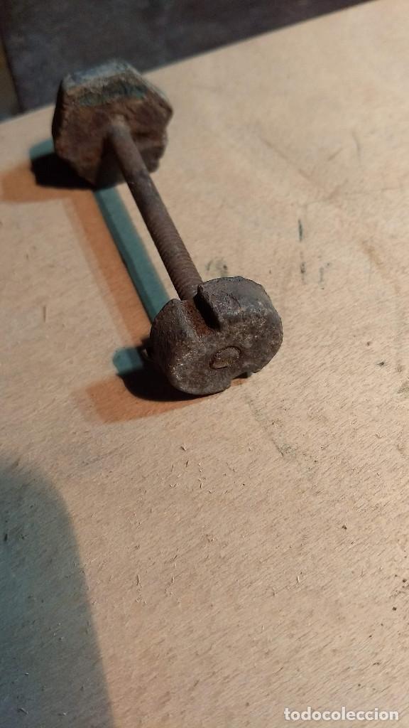 Antigüedades: Antiguo picaporte mano de fátima, de hierro. Completo - Foto 24 - 213866170