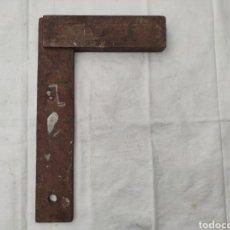 Antigüedades: ANTIGUA ESCUADRA DE MADERA 24.4 X 15.4 CM. Lote 214020372