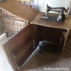 Antigüedades: MAQUINA DE COSER ALFA ART DECO..CON MUEBLE CONSOLA DE MADERA DE CASTAÑO. Lote 214106837