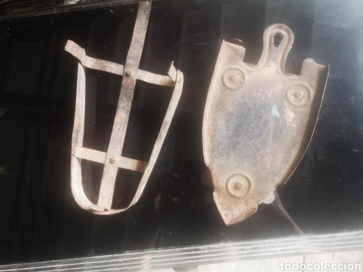 Antigüedades: Lote de dos reposa planchas antiguos - Foto 2 - 214110287