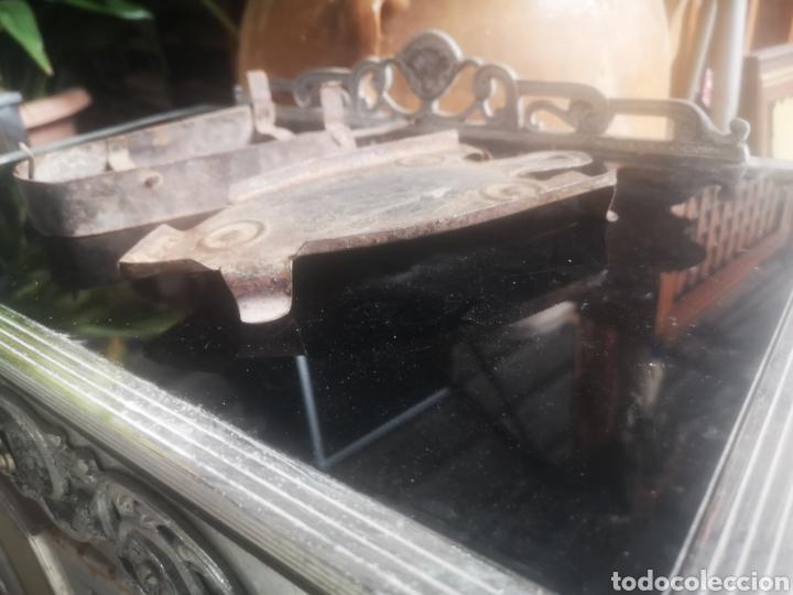 Antigüedades: Lote de dos reposa planchas antiguos - Foto 3 - 214110287