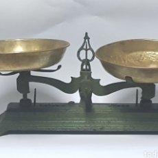 Antigüedades: ANTIGUA BALANZA DE HIERRO Y PLATOS DE LATÓN. Lote 214201031