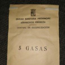 Antigüedades: BOLSA DE PAPEL CON 5 GASAS.CIUDAD SANITARIA PROVINCIAL «FRANCISCO FRANCO».AÑOS 60. Lote 214246162