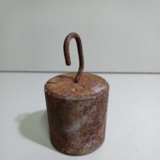 Antigüedades: CONTRAPESA DE HIERRO PARA ROMANA ANTIGUA, PONDERAL, BALANZA. 2KILOS Y 55 GRAMOS APROXIMADAMENTE. Lote 214294281