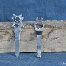 Antigüedades: LLAVES ANTIGUAS DE 20 CM DE LARGO POR 6 CM DE ANCHO. Lote 214691210