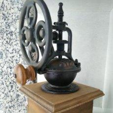 Antigüedades: BONITO MOLINILLO DE CAFÉ CON VOLANTE LATERAL MUY BUEN ESTADO. Lote 214706300