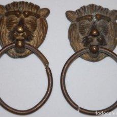 Antigüedades: 2 TIRADORES DE BRONCE CABEZAS DE LEON-01. Lote 214900215